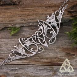 Tiare médiévale féerique argentée ornée d'une Triquetra celtique entourée de volutes elfiques. Bijou de front Art Nouveau.