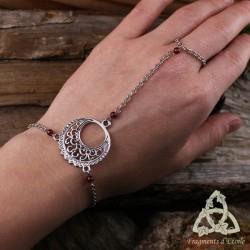 Bracelet de main médiéval pour sorcière orné d'un croissant de Lune argenté et de perles en pierre fine naturelle Grenat rouge f