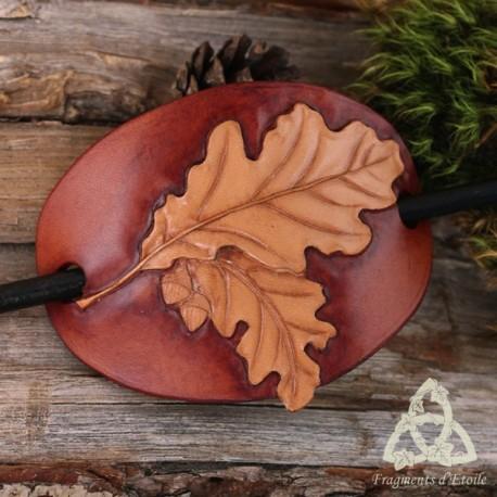 Barrette médiévale et Nature en cuir ornée de Feuilles de Chêne repoussées à la main et d'un pic en bois.