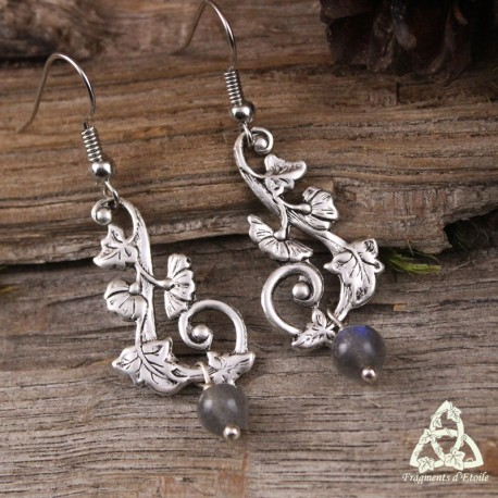 Boucles d'oreilles féeriques aux volutes végétales argenté style victorien et Art Nouveau, et perle en Labradorite reflet bleu.