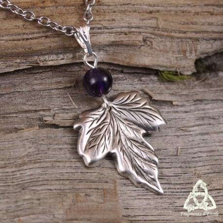 Collier elfique féerique feuille de Lorien lierre vigne argenté aux fines nervures et perle en Améthyste violet foncé