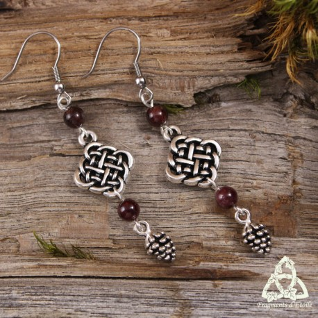 Boucles d'oreilles féeriques noeud de siddhe celtique et pomme de pin argenté grenat rouge nature elfique magie gothique forêt