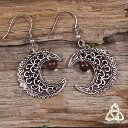 Boucles d'oreilles féeriques croissant de Lune volutes elfiques argenté ajouré médiéval celtique wicca et pierre Grenat rouge