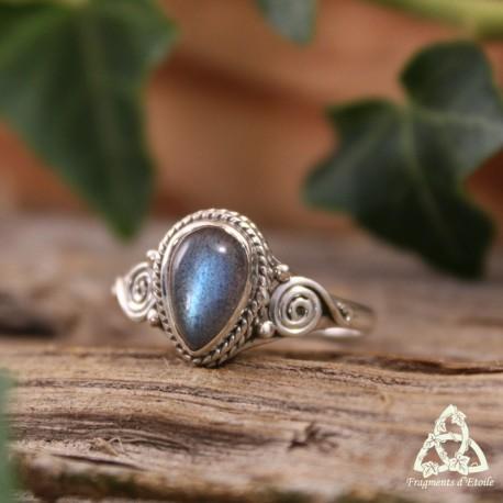 Bague poétique en Argent et Labradorite reflets bleu taille 58 entourée de volutes orientales en spirale tresse et anneau fin