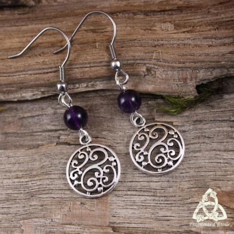 Boucles d'oreilles féeriques aux volutes rondes argentées style elfique et Art Nouveau surmontées de perles en Améthyste