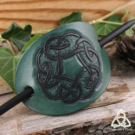 Barrette médiévale ou viking en cuir repoussé noeud celtique rond Vert et Marron foncé fait main