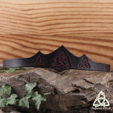 Tiare (bijou de front) médiévale celtique en cuir marron foncé ornée de trois Triquetra repoussées à la main