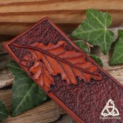 Marque page médiéval elfique en cuir repoussé marron brun orné de  Feuilles de Chêne, réalisé à la main
