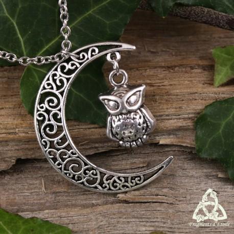 Collier croissant de Lune orné de volutes et Hibou argentés. Bijou de créateur fait-main féerique.