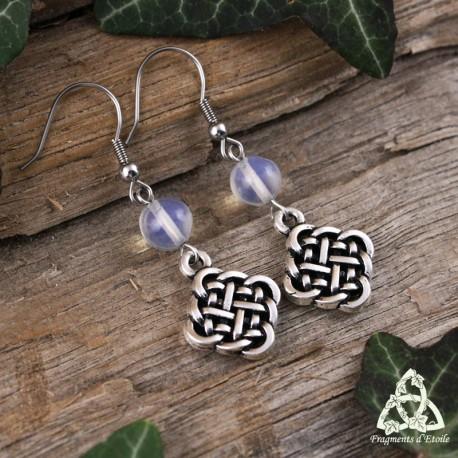 Boucles d'oreilles entrelacs celtiques argentés et pierre Opalite blanche assemblées à la main