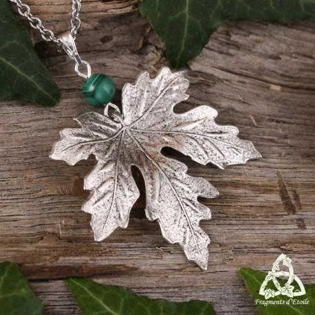 Collier médiéval féerique orné d'une feuille d'érable argentée en relief et Malachite vert foncé. Bijou elfique fait-main.