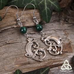 Boucles d'oreilles artisanales elfiques ornées de volutes en bronze blanc argenté et pierre naturelle Malachite vert foncé.