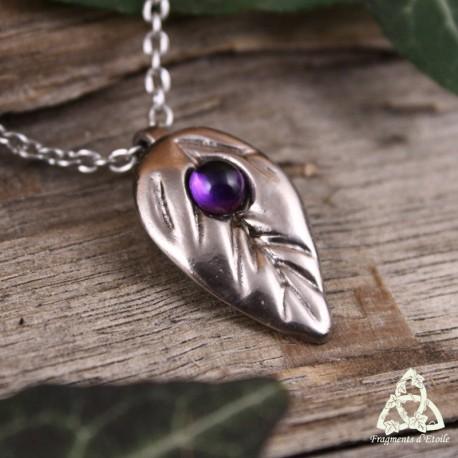 Collier féerique orné d'une feuille elfique argentée et pierre Améthyste violet foncé. Bijou de créateur fait-main.