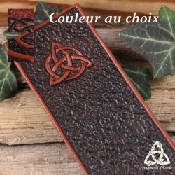 Marque page artisanal médiéval en cuir repoussé marron, brun et noir orné d'une Triquetra celtique pour votre grimoire.