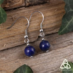 Boucles d'oreilles naturelles féeriques en acier inoxydable ornées de perles en Lapis Lazuli naturel bleu foncé.