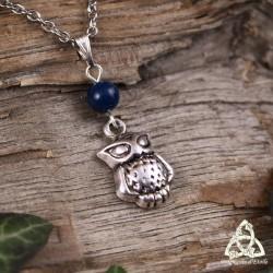 Collier féerique orné d'un petit Hibou argenté surmonté d'une pierre gemme agate bleu foncé.