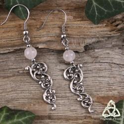Boucles d'oreilles féeriques aux volutes victoriennes argenté vieilli et perles en pierre naturelle Quartz Rose.