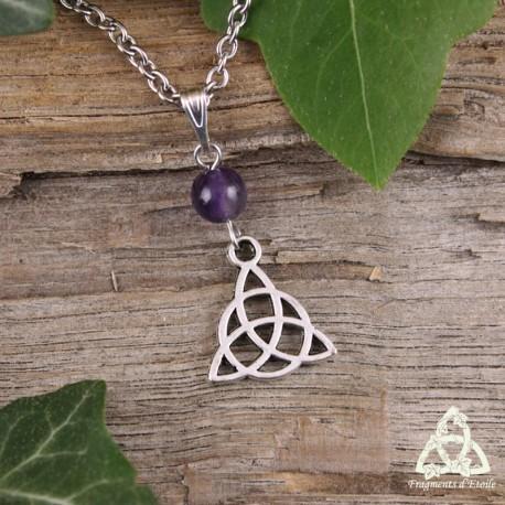 Collier médiéval Triquetra celtique argenté et Améthyste violette, assemblé à la main en France.