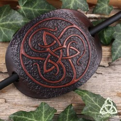 Barrette artisanale en cuir ovale ornée d'une Triquetra celtique marron entourée de volutes médiévales.