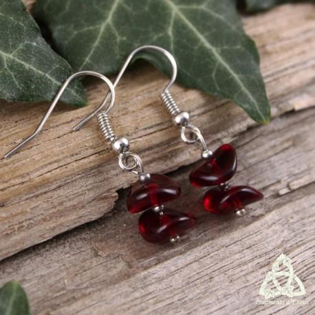 Boucles d'oreilles féeriques et zen composées de légers pétales en verre rouge sur métal argenté. Bijou de créateur, fait-main.