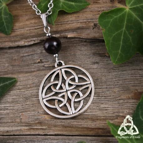 Collier médiéval noeud celtique rond orné de Triquetra argentés et d'une grande perle de Grenat rouge foncé.