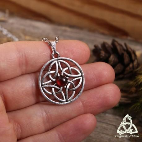 Collier médiéval rond orné de Triquetra celtiques  inscrites dans un Cercle avec un Grenat rouge foncé au centre.