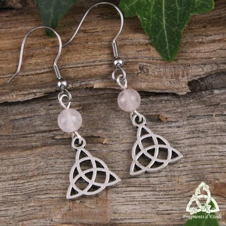 Boucles d'oreilles celtiques médiévales Triquetra noeud argenté ajouré et perle en Quartz rose clair.