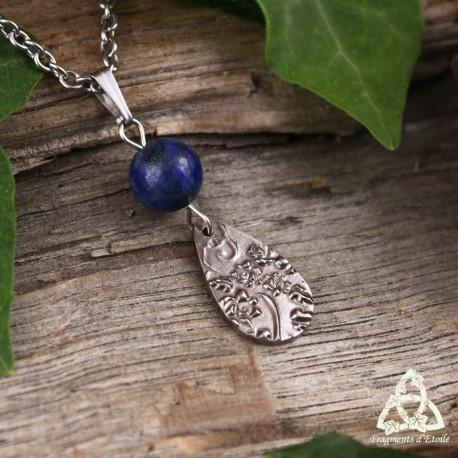 Collier poétique Goutte aux volutes féeriques, fleurs et feuilles argentées et Lapis Lazuli bleu foncé. Bijou artisanal.