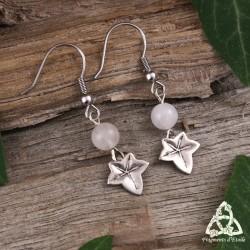 Boucles d'oreilles elfiques fait-main ornées d'une feuille de lierre argentée et perle de Quartz Rose naturel.