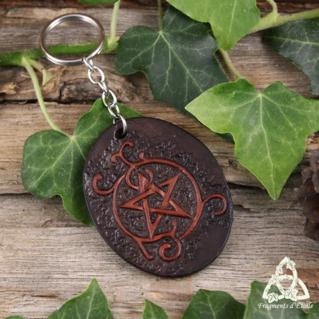 Porte clés médiéval en cuir marron foncé repoussé à la main et orné d'un Pentacle et de volutes. brunes.
