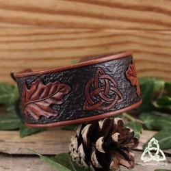 Bracelet manchette médiéval en cuir marron brun Feuille de Chêne et Triquetra noeud celtique païen wicca fait main.