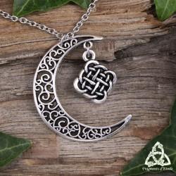 Collier médiéval et féerique croissant de Lune argenté avec un losange d'entrelacs celtiques infinis à l'intérieur.