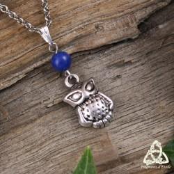 Collier féerique orné d'un petit Hibou argenté surmonté d'une pierre gemme Lapis Lazuli bleu foncé.