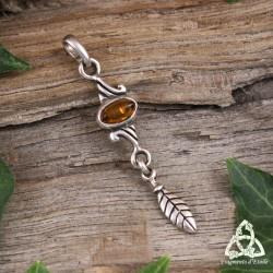 Pendentif elfique en Argent massif orné d'une Ambre à laquelle est suspendue une feuille.