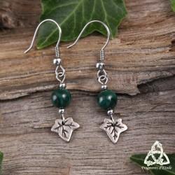 Boucles d'oreilles elfiques Iseys ornées de feuilles de lierre argentées et Malachite vert foncé.