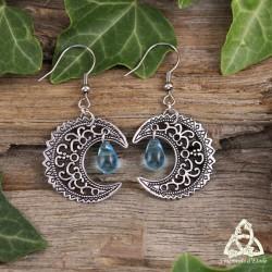 Boucles d'oreilles féeriques croissant de lune argenté volutes elfiques ajourées et goutte larme bleu clair celtique médiéval