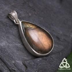 Pendentif artisanal Larme elfique en Argent et sa Labradorite sertie aux reflets magiques et cuivrés.