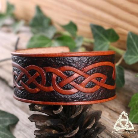 Bracelet artisanal et médiéval en Cuir brun orné d'entrelacs celtiques infinis repoussés.