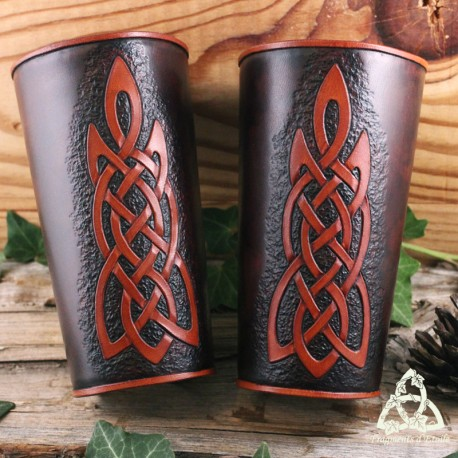 Paire de canons d'avant bras artisanal et médiéval en cuir marron foncé orné d'entrelacs celtiques brun fait-main.