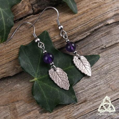 Boucles d'oreilles artisanales empreinte d'une vraie Feuille de Menthe en bronze argenté surmontée d'une Améthyste violet foncé.