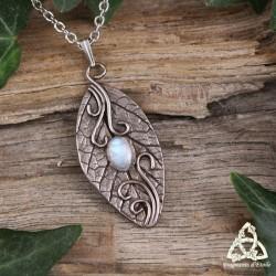 Collier féerique et Nature empreinte unique d'une feuille argentée ornée de volutes et Péristérite (Pierre Lune arc-en-ciel)