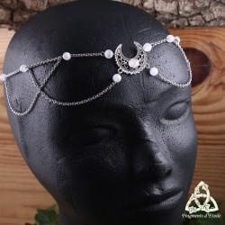 Bijou de tête médiéval et féerique orné d'un Croissant de Lune argenté entouré de fines chaines et de perles en Péristérite