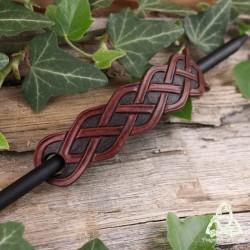 Barrette médiévale artisanale allongée en cuir repoussé à la main et ornée d'entrelacs celtiques infinis marron et brun