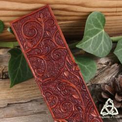 Marque page médiéval et féerique en cuir orné de Volutes elfiques et Art Nouveau fait-main