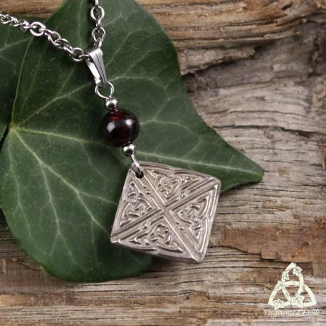 Collier médiéval fait-main noeud celtique carré en bronze blanc argenté surmonté d'une perle de Grenat rouge foncé