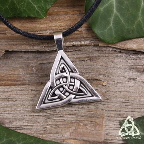 Collier médiéval pour homme ou femme argenté orné de deux Triquetra Celtiques entrelacées sur un cordon noir.