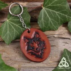 Porte clés médiéval et artisanal en cuir repoussé orné d'une tête de Loup marron de style tribal