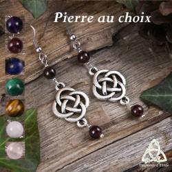 Boucles d'oreilles médiévales et féeriques ornées de noeuds celtiques ronds argenté et de perles en Pierre naturelle.