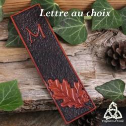 Marque-page médiéval et artisanal en cuir orné de feuilles de chêne et personnalisé avec votre initiale