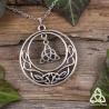 Collier médiéval fantasy rond orné d'entrelacs celtiques argentés en forme de croissant de Lune abritant une Triquetra.